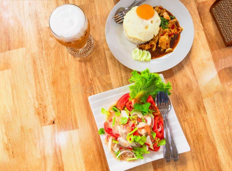 Almoço tailandês do norte do alimento da tradição em uma tabela de madeira foto de stock royalty free