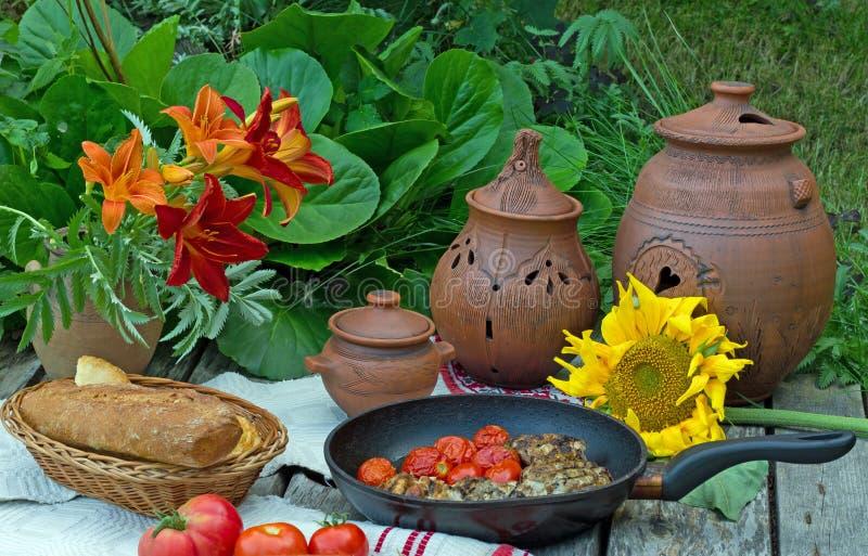 Download Almoce Na Natureza Com O Pão, Tomates Imagem de Stock - Imagem de alimento, pão: 65576281