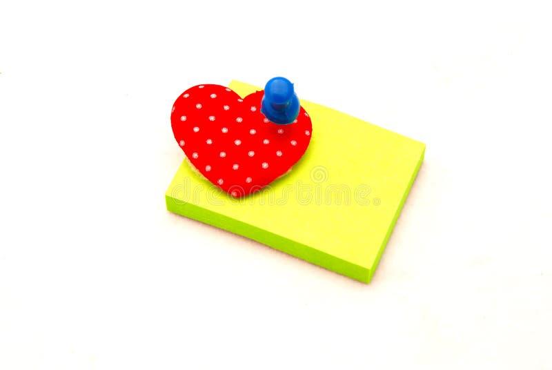 Almofada de memorando com coração e pino fotos de stock