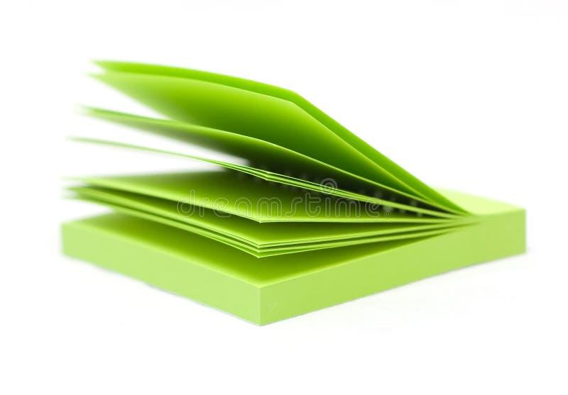 Almofada de memorando pegajosa verde da nota de post-it imagens de stock