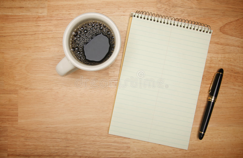 Almofada de papel em branco, de pena & de café imagem de stock