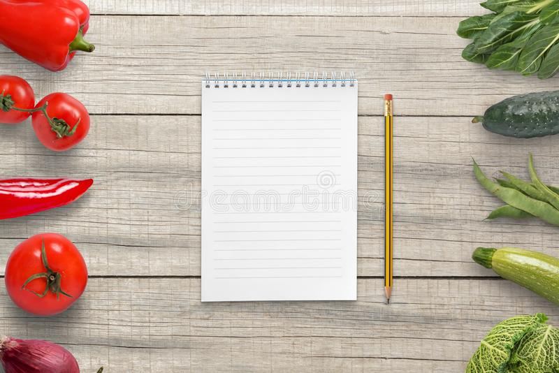 Almofada e lápis para redigir uma lista do vegetariano de ingredientes Papel vazio para o texto imagens de stock royalty free