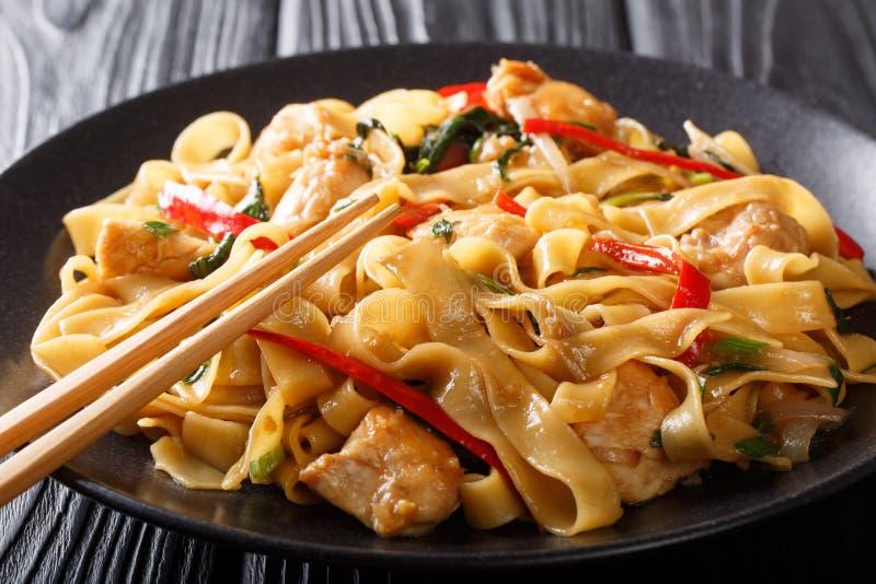 A almofada Kee Mao é um prato tailandês tradicional com galinha, os macarronetes de arroz largos e a abundância da manjericão fre foto de stock