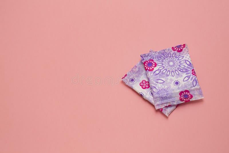 Almofada macia sanitária da menstruação para a proteção da higiene da mulher Dias críticos da mulher, ciclo gynecological da mens imagem de stock royalty free