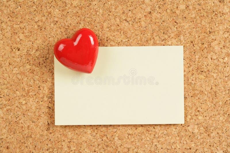Almofada vermelha do coração e de nota foto de stock
