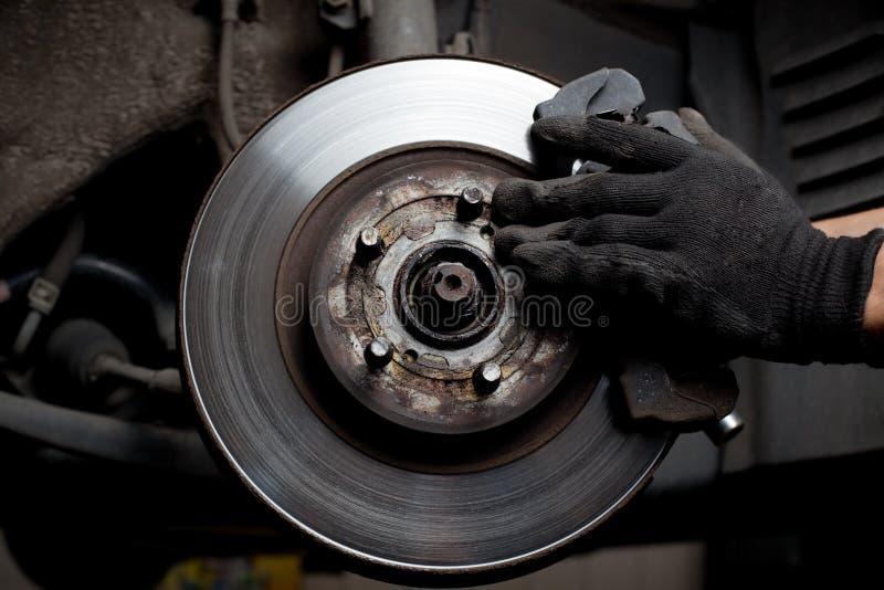 Almofadas de freio do reparo do mecânico de carro imagem de stock