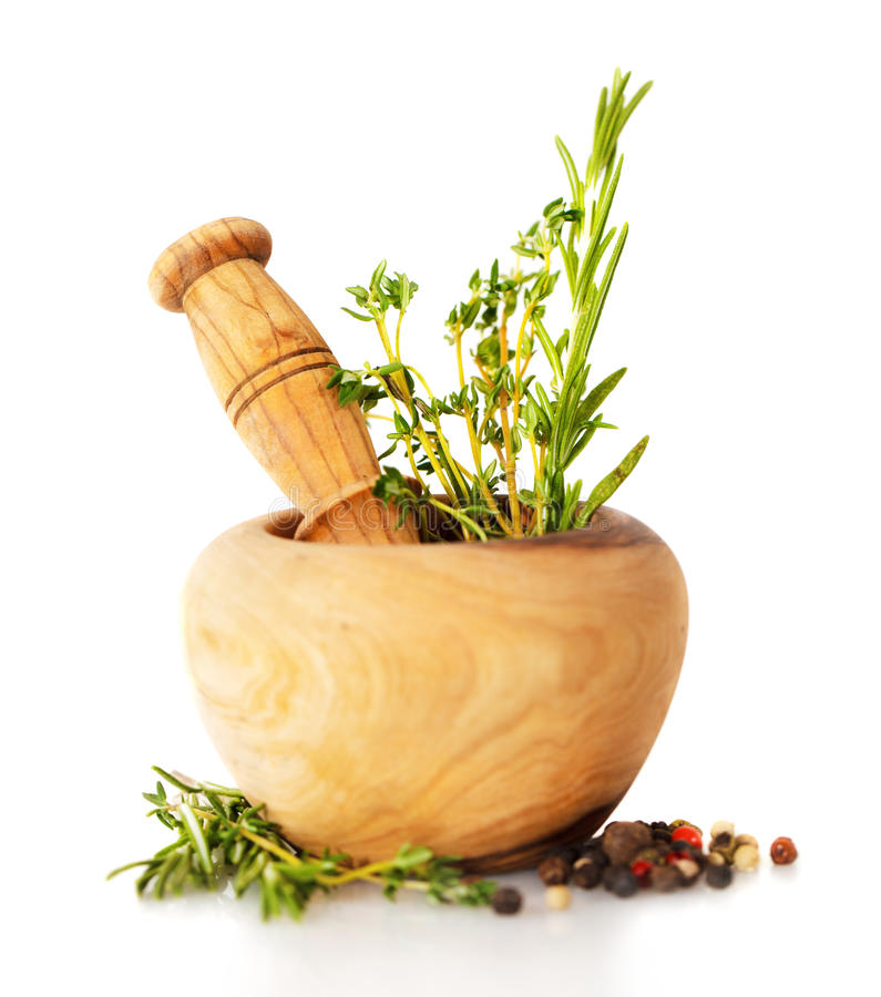 Almofariz com ervas frescas foto de stock royalty free