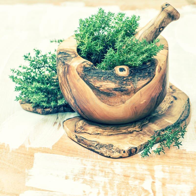 Almofariz com a erva fresca do tomilho Ingredientes de alimento saudáveis vintage fotos de stock royalty free