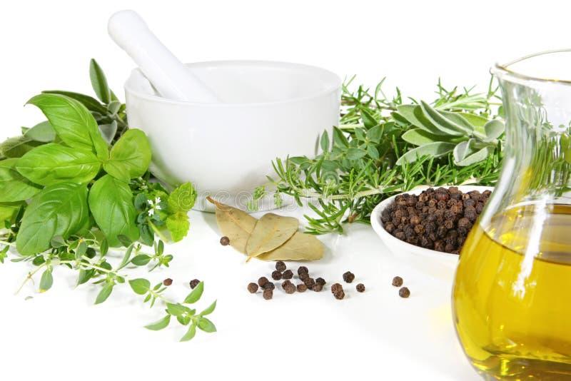 Almofariz e pilão com ervas e especiarias foto de stock