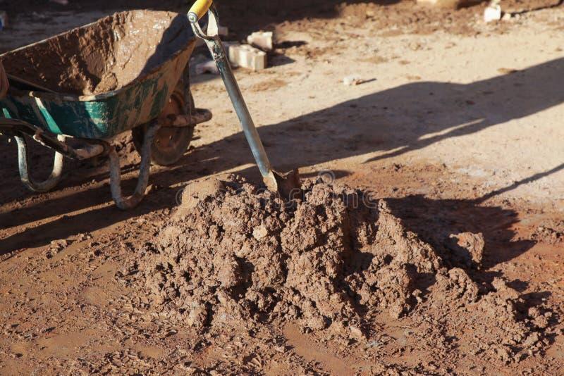 Almofariz misturado no terreno de construção fotografia de stock royalty free