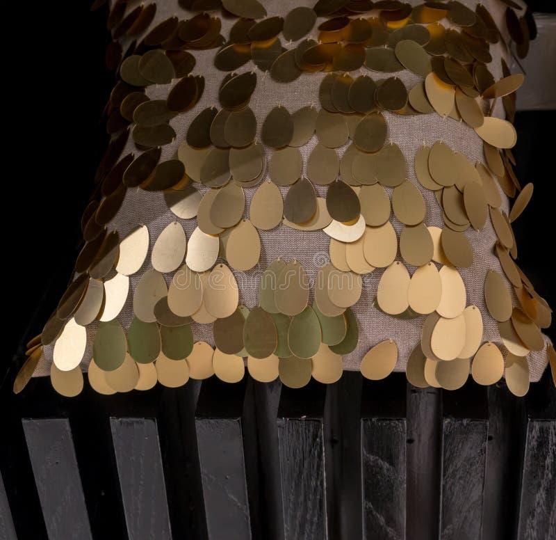 Almohada ajustada con la funda de lujo adornada con descenso de oro del agua imagen de archivo