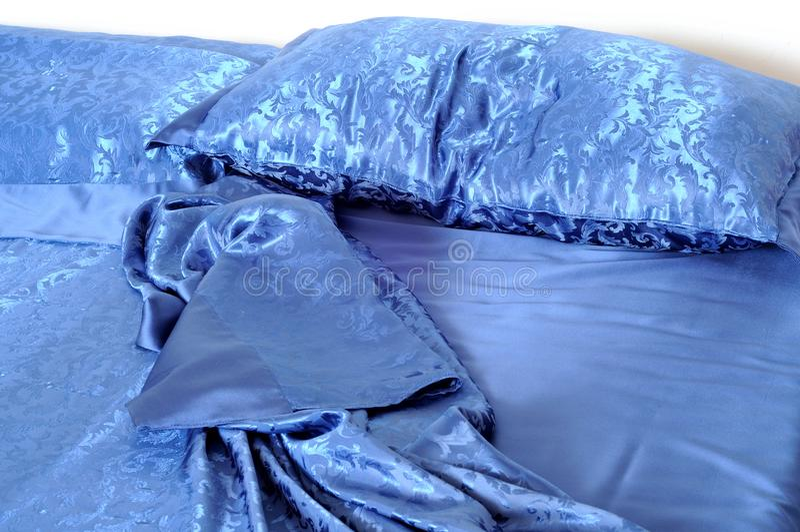 Almohada arrugada en cama sucia imágenes de archivo libres de regalías