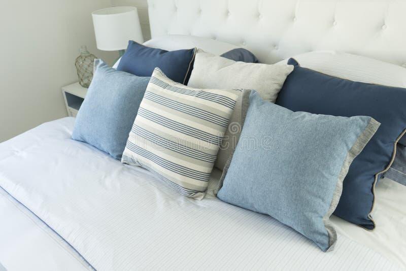 Almohada azul en cama foto de archivo
