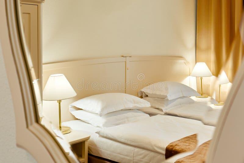 Almohada blanca de lujo hermosa en cama y lámpara ligera al lado de la decoración en el interior del dormitorio del hotel - equil fotos de archivo