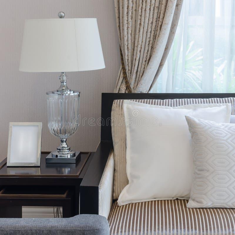 Almohada blanca en el sofá en sala de estar de lujo imagen de archivo