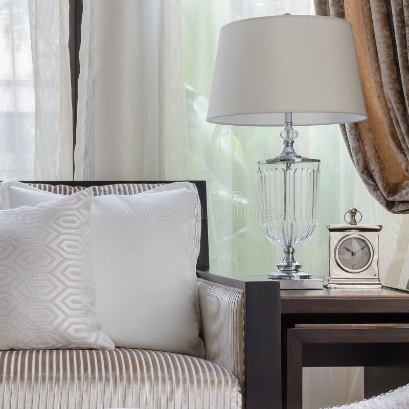 Almohada blanca en el sofá en sala de estar de lujo fotografía de archivo libre de regalías