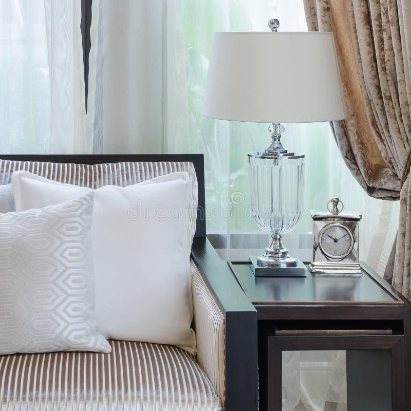 Almohada blanca en el sofá en sala de estar de lujo imagen de archivo libre de regalías