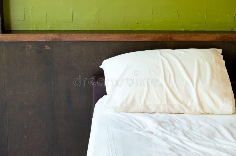 Almohada blanca en la decoración de la cama en el interior del dormitorio - filtro ligero del vintage imagen de archivo