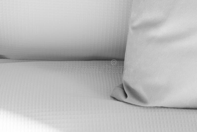 Almohada blanca en una cama imagen de archivo