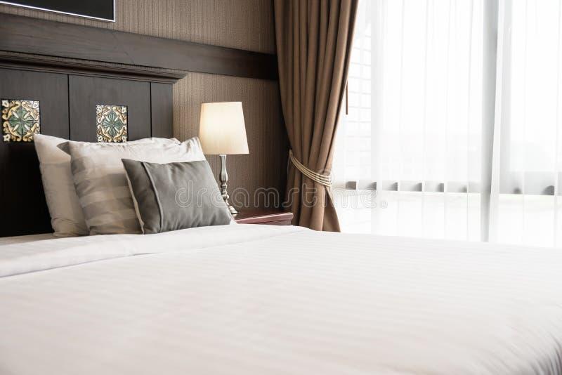 Almohada de la comodidad en cama imagenes de archivo