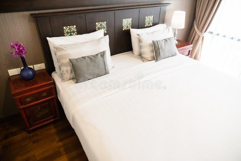 Almohada de la comodidad en cama imagen de archivo libre de regalías