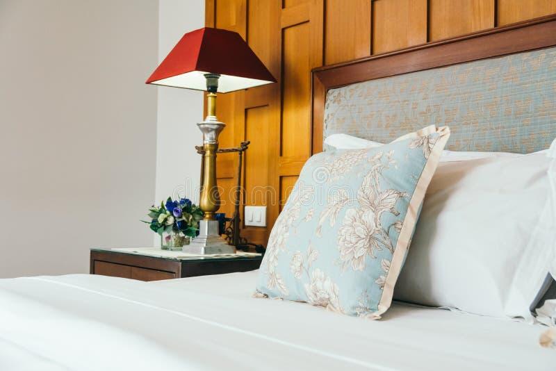 Almohada de la comodidad en cama imagen de archivo