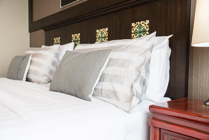 Almohada de la comodidad en cama fotografía de archivo