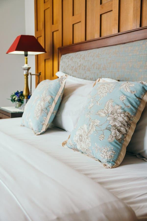 Almohada de la comodidad en cama fotografía de archivo libre de regalías