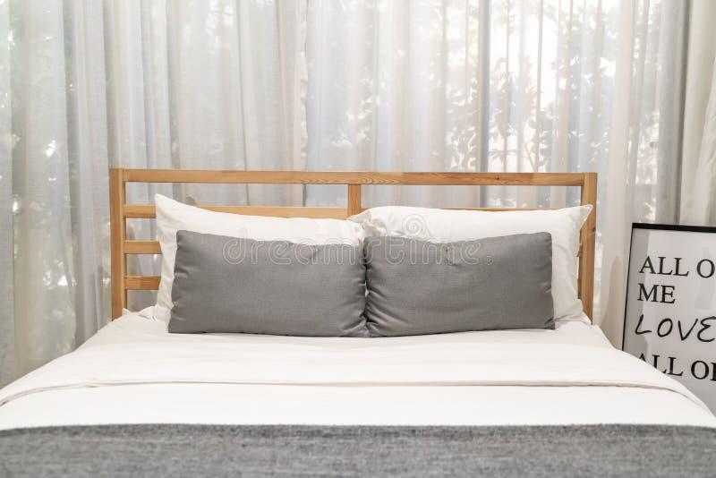 almohada de la comodidad en la decoración interior de la cama fotografía de archivo libre de regalías