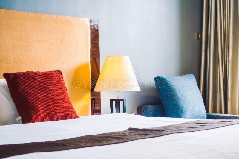 Almohada de la comodidad en interior de la decoración de la cama imagen de archivo