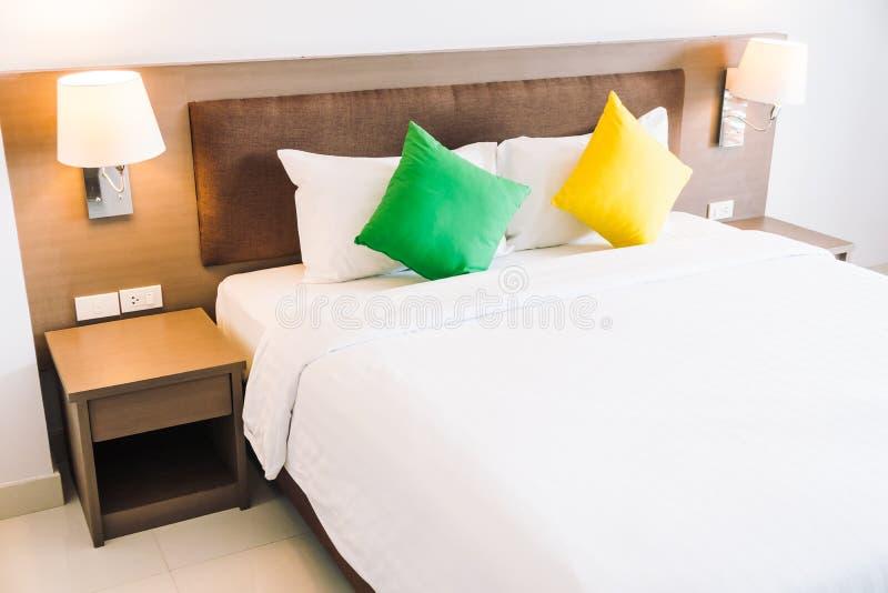 Almohada de la comodidad en interior de la decoración de la cama imagen de archivo libre de regalías