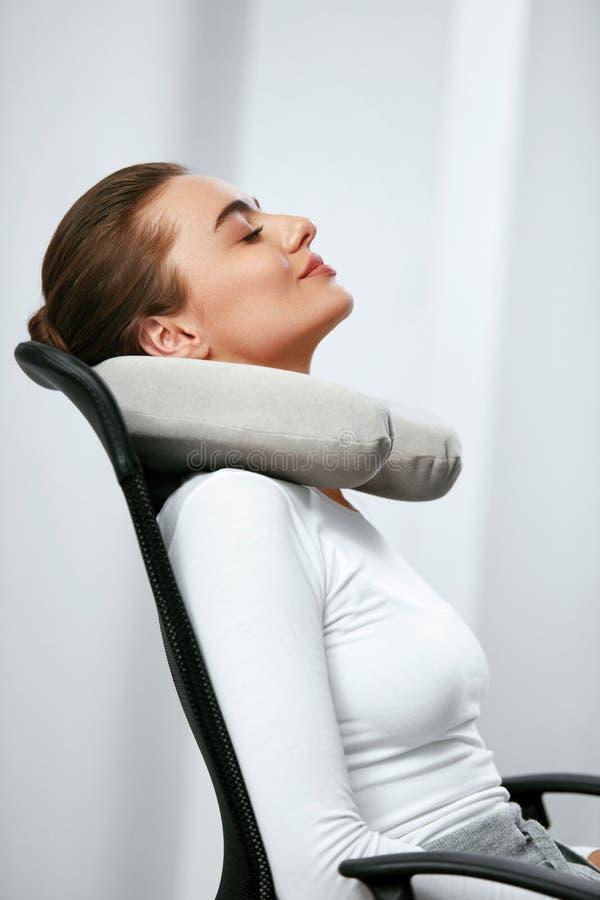 Almohada del viaje Mujer con la almohada en cuello imagenes de archivo