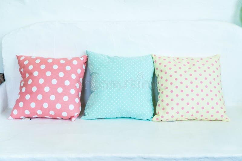 almohada en colores pastel en el sofá imágenes de archivo libres de regalías