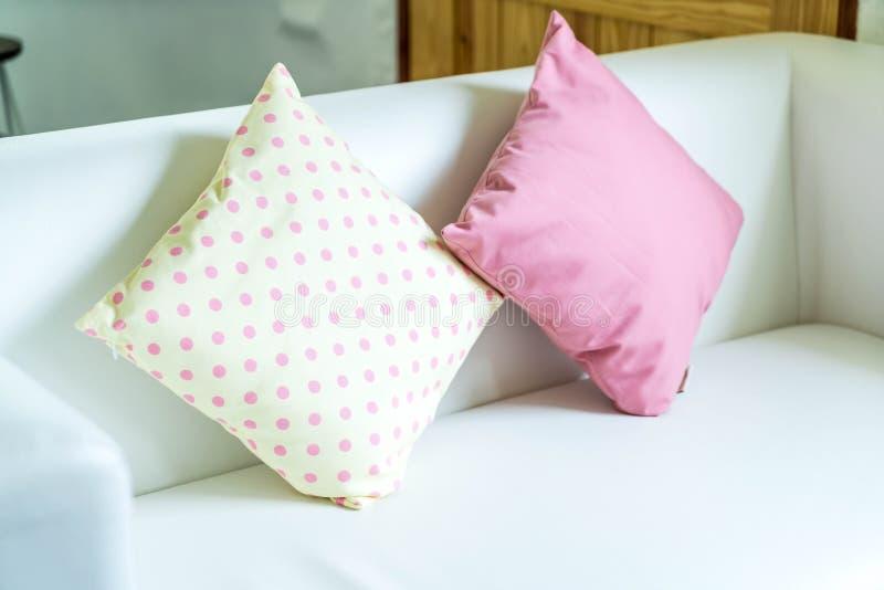 almohada en colores pastel en el sofá foto de archivo