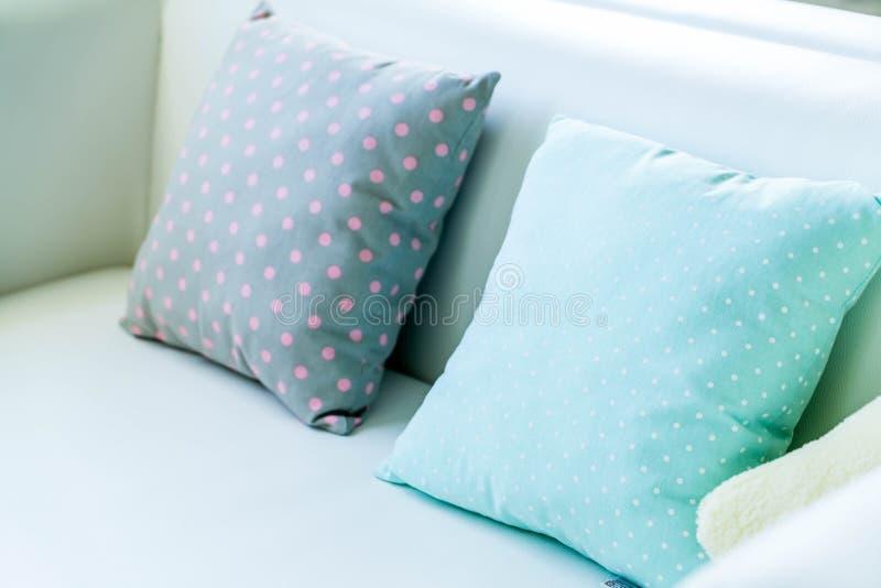 almohada en colores pastel en el sofá foto de archivo libre de regalías