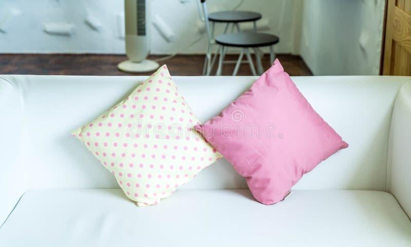 almohada en colores pastel en el sofá imagen de archivo libre de regalías