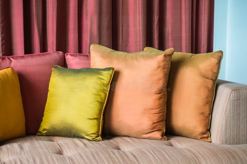 Almohada en el sofá imagen de archivo libre de regalías
