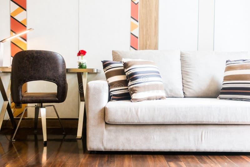 Almohada en el sofá foto de archivo libre de regalías