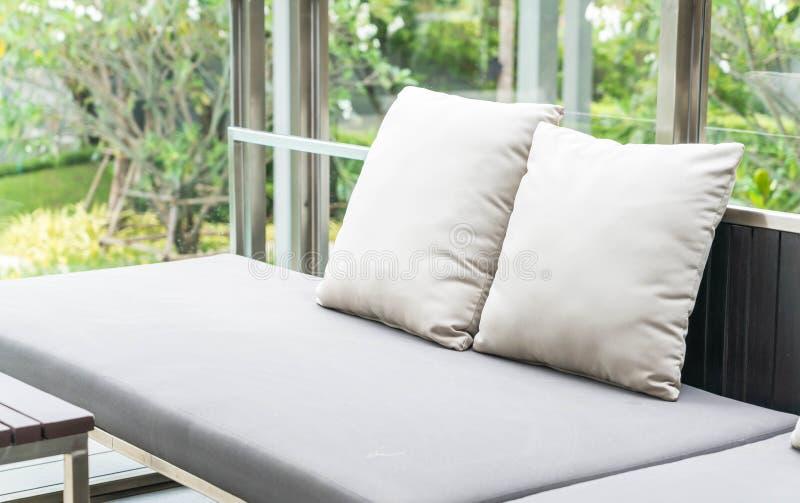 almohada en silla del patio foto de archivo libre de regalías