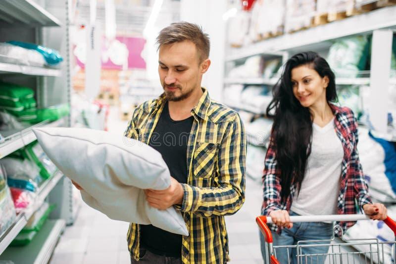 Almohada feliz de la compra de los pares en supermercado fotos de archivo