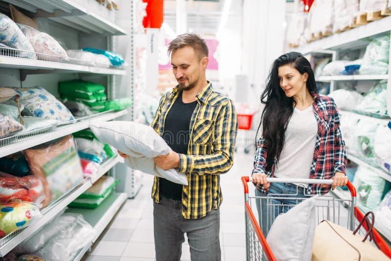 Almohada feliz de la compra de los pares en supermercado imagen de archivo libre de regalías