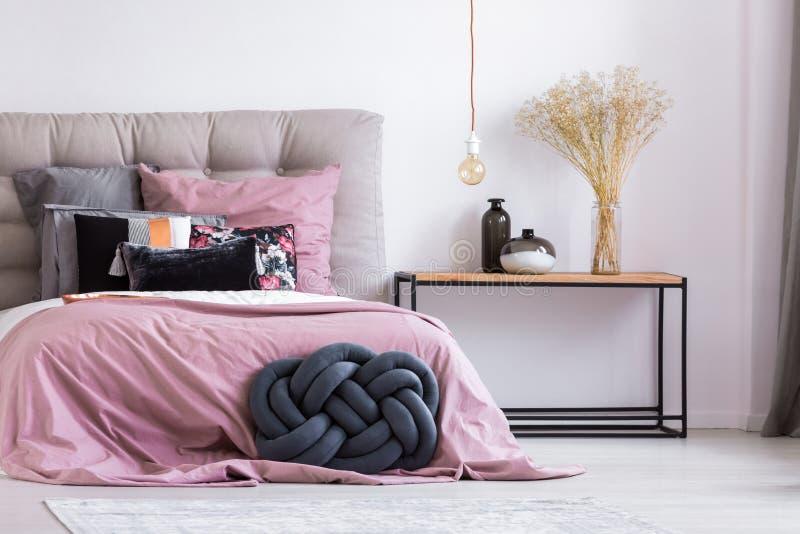 Almohada hecha a mano en el apartamento elegante foto de archivo