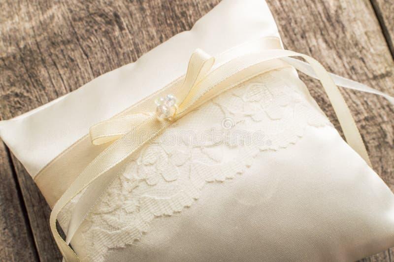 Almohada o amortiguador elegante para los anillos Ceremonia de boda imagen de archivo libre de regalías