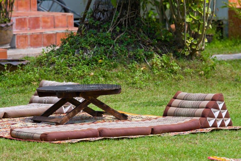 Almohada tailandesa del triángulo con el colchón plegable imagen de archivo libre de regalías