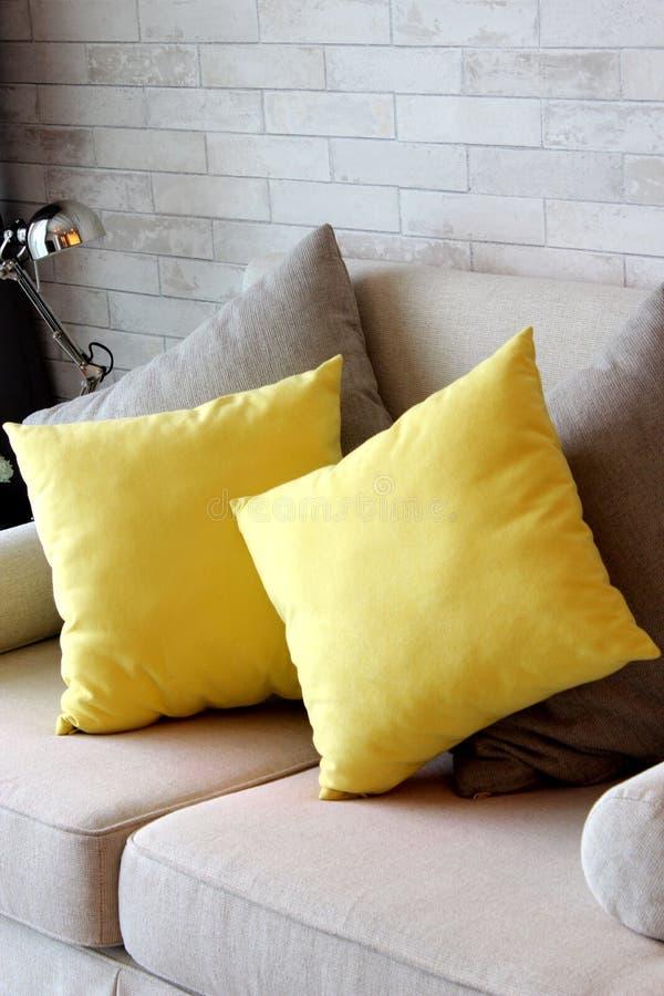 Almohadas amarillas en el apartamento de la sala de estar imágenes de archivo libres de regalías