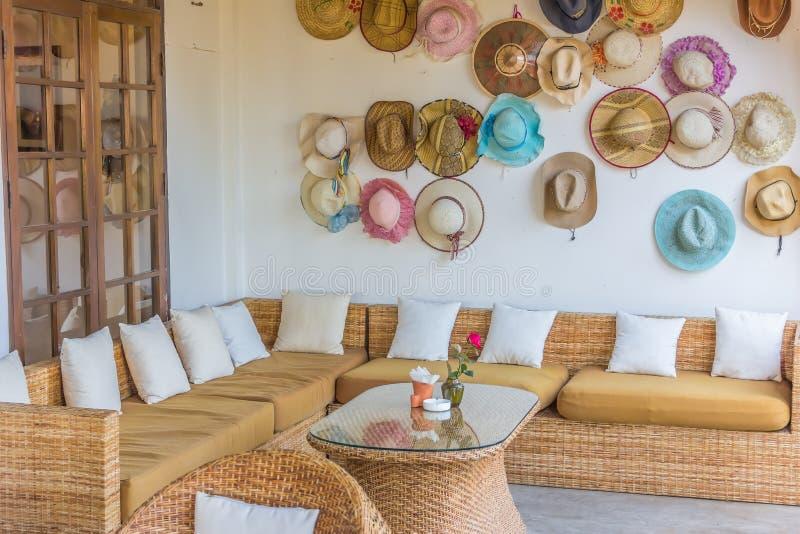 Almohadas coloridas en un sofá con la pared de ladrillo blanca en fondo imagenes de archivo