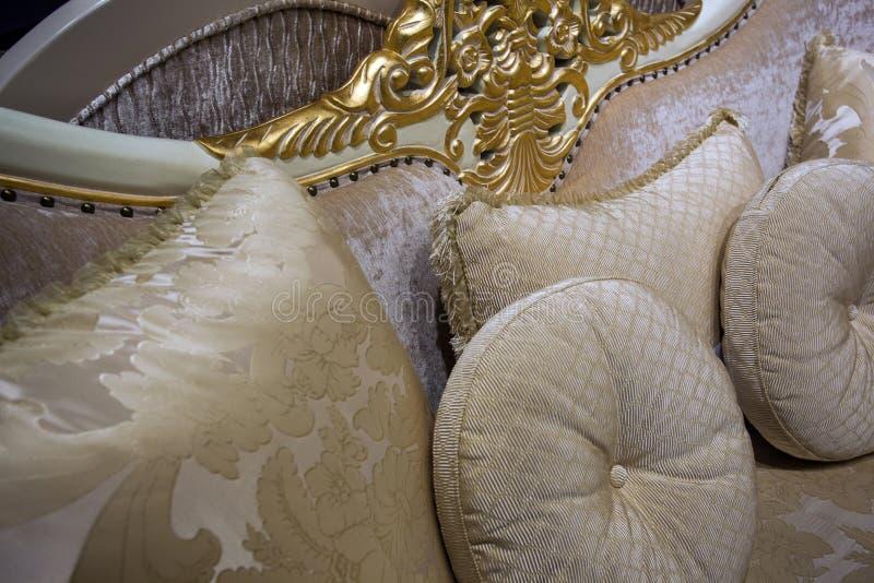 Almohadas decorativas hermosas en el sofá, primer foto de archivo