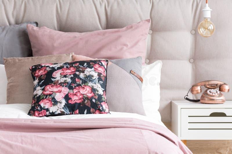 Almohadas del color en colores pastel en dormitorio foto de archivo libre de regalías