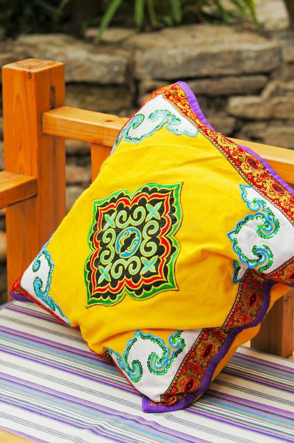 Almohadilla amarilla en un sofá imágenes de archivo libres de regalías
