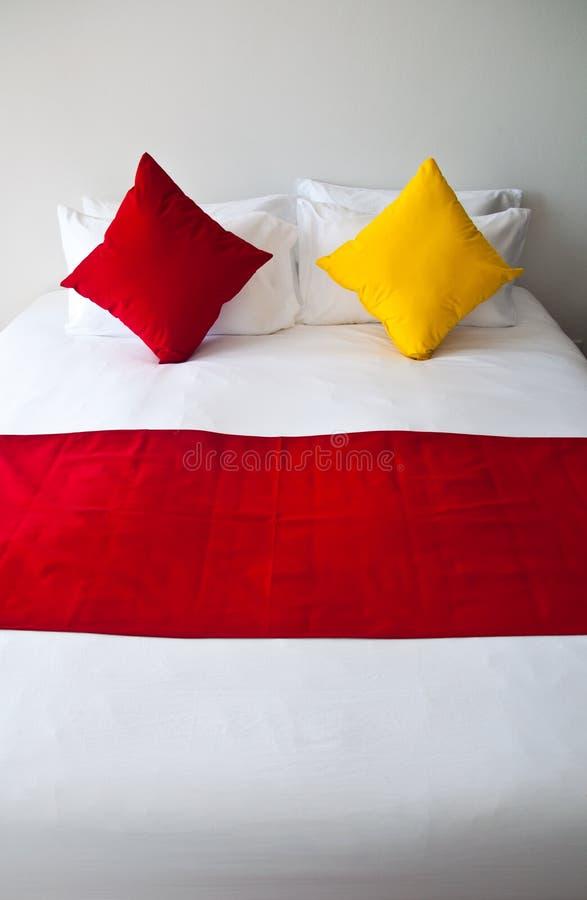 Almohadilla en cama imagenes de archivo